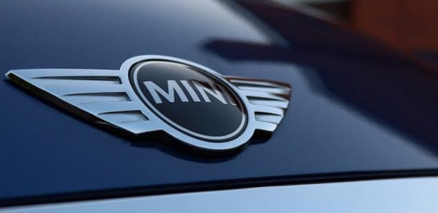 Karakterfuld Mini kører næsten lige op med Range Rover